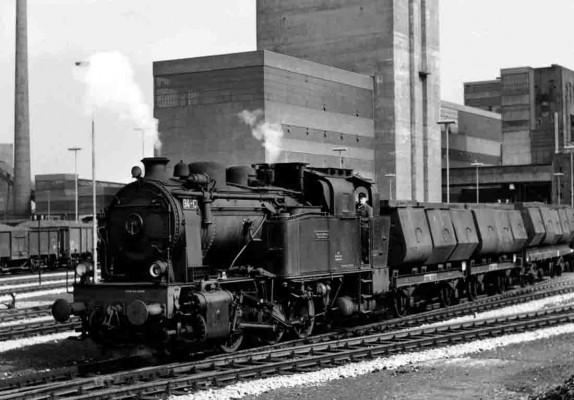 Hibernia-Zechenbahndampflok vor dem neuen Förderturm Shamrock 11 in Wanne-Eickel. 1963. Foto: Stiftung Industriedenk- malpflege/von Endrefy