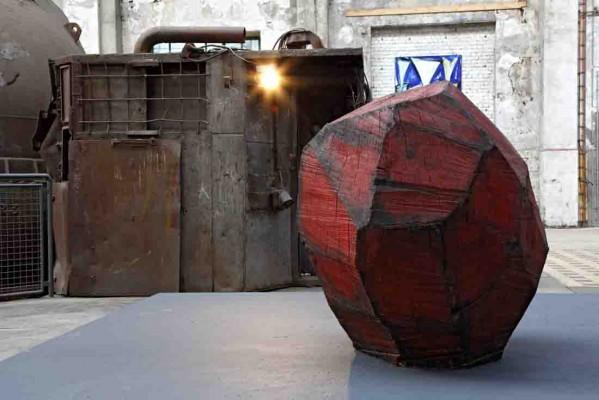 """Die """"Große Kugel"""" setzt einen farbigen Akzent in der Industriekulisse. Foto: LWL/Holtappels"""