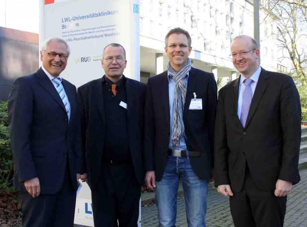 Freude über die neue Juniorprofessur bei (v.l.) LWL-Direktor Dr. Wolfgang Kirsch, Prof. Dr. Georg Juckel (LWL-Universitätsklinik Bochum), Prof. Dr. Boris Schiffer und LWL-Maßregelvollzugsdezernent Tilmann Hollweg. Foto: LWL