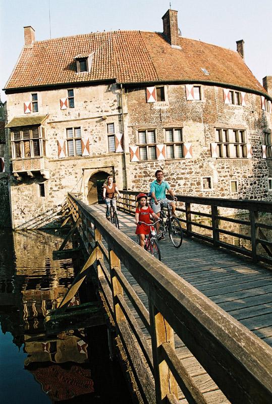 Eine Familienradtour mit Stop an der Burg Vischering in Lüdinghausen, das gehört zum Routenprogramm im Münsterland. Foto: Münsterland e.V.