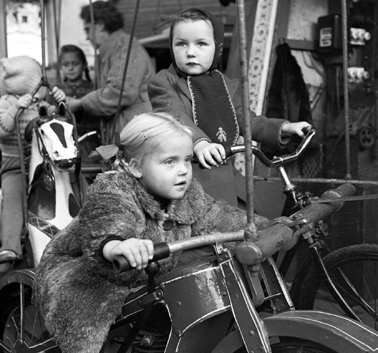 Früher - hier im Jahr 1951 - wie heute ein Anziehungs¬punkt für Soester und Touristen: die Allerheiligenkirmes. Foto: LWL/Klose