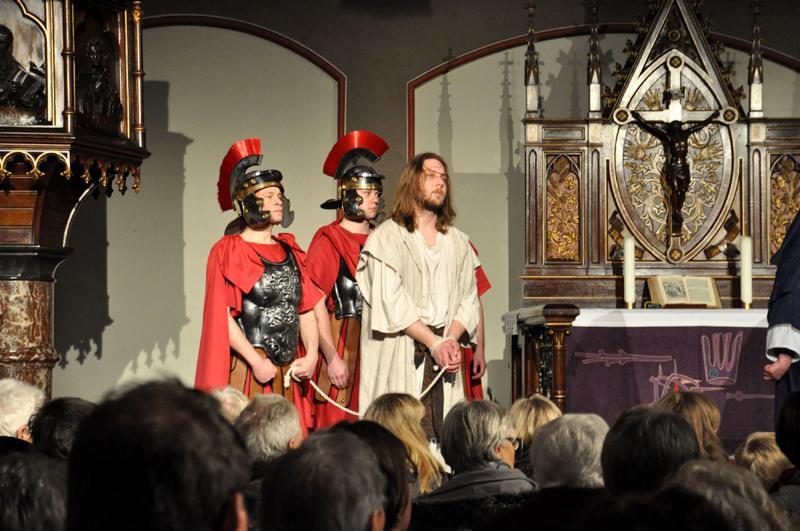 Jesus wird von drei römischen Legionären zu Pontius Pilatus gebracht. Szene aus dem diesjährigen Passionsspiel in Gelsenkirchen. Foto: LWL/Cantauw