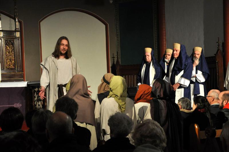 Jesus (Alexander Welp) wendet sich mit der Bergpredigt an das Volk. Die Hohenpriester um Kaiphas hören entrüstet zu. Szene aus dem diesjährigen Passionsspiel in Gelsenkirchen. Foto: LWL/Cantauw