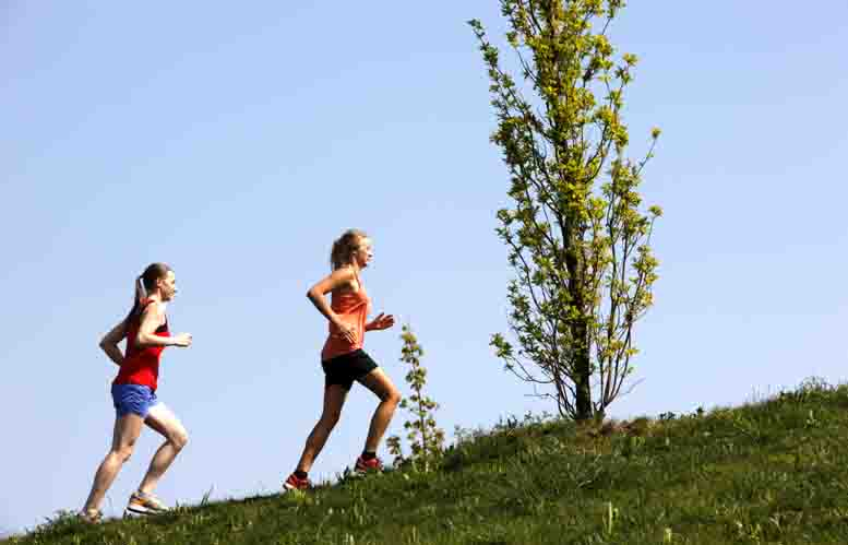 Junge Frauen, 25-30 Jahre alt, joggen in einem Stadtpark.   Foto: AOK-Medienservice