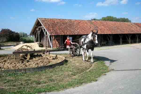 Ein eingespanntes Pferd zieht die Karre durch den Lehm, der so geschmeidig genug wird um daraus Ziegel zu formen. Foto: LWL